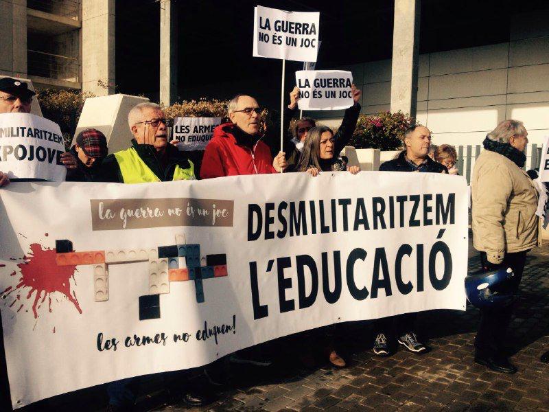 Escola Valenciana dóna suport a la concentració de rebuig  per la presència militar a Expojove durant la seua inauguració